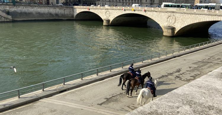 セーヌ川沿いの騎馬警察